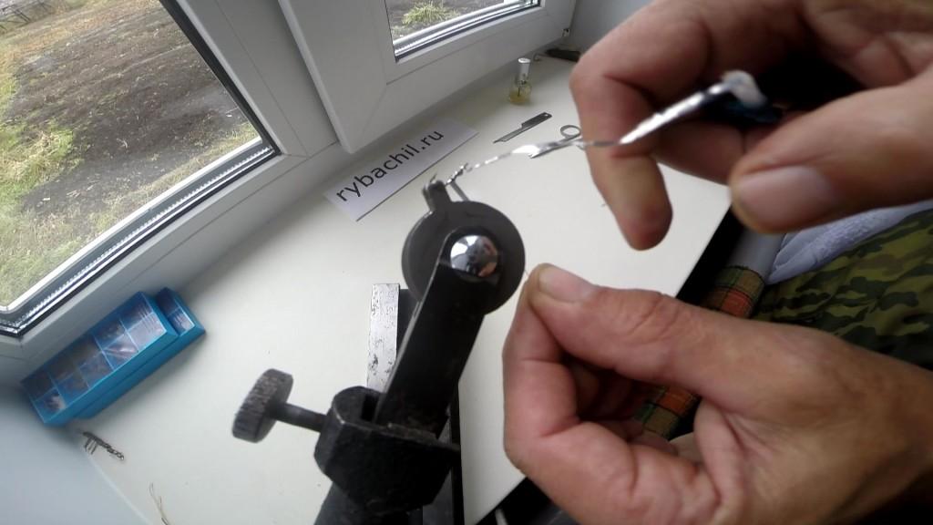 Вязание мушек в станке приспособлении, фото rybachil.ru
